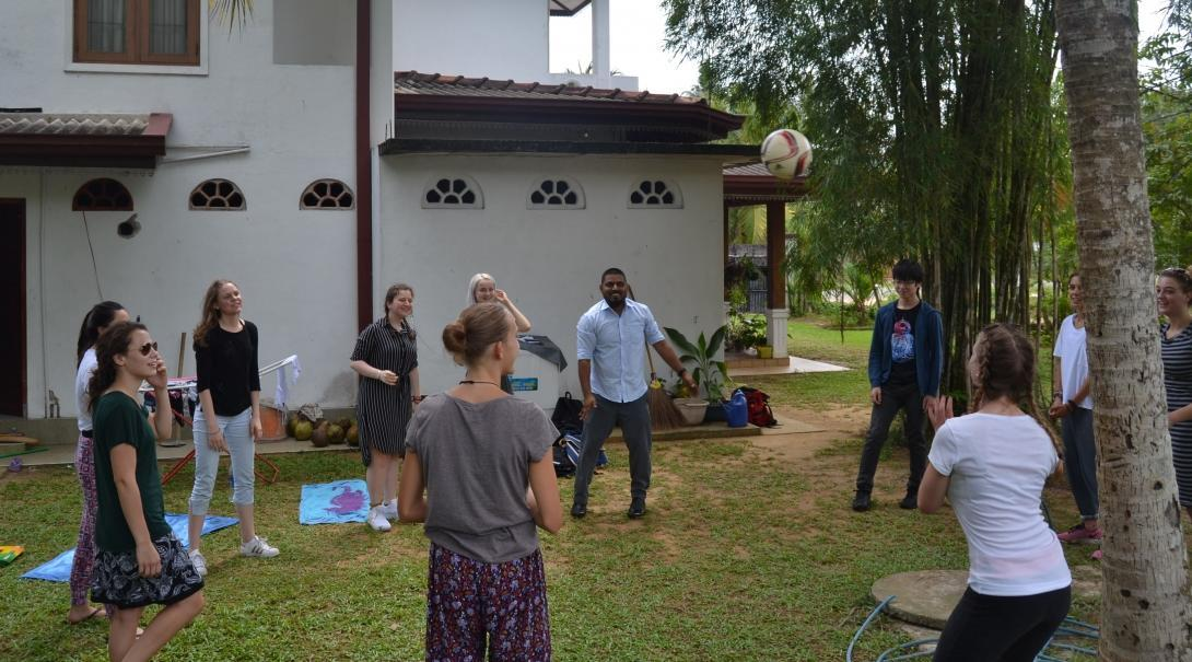 Volunteers get valuable sports coaching work experience in Sri Lanka practising their ball skills